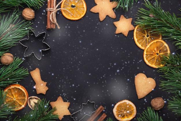 Selbst gemachte frische plätzchen tannenzweige getrocknete scheiben des orange ausstechform-weihnachtskonzeptes Premium Fotos