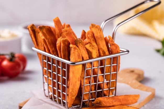 Selbst gemachte gebackene süßkartoffelpommes-frites mit ketschup Premium Fotos