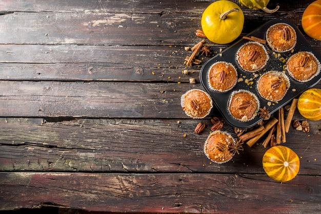 Selbst gemachte herbst-kürbis-muffins Premium Fotos