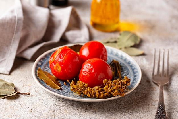 Selbst gemachte in essig eingelegte tomate mit gewürzen Premium Fotos
