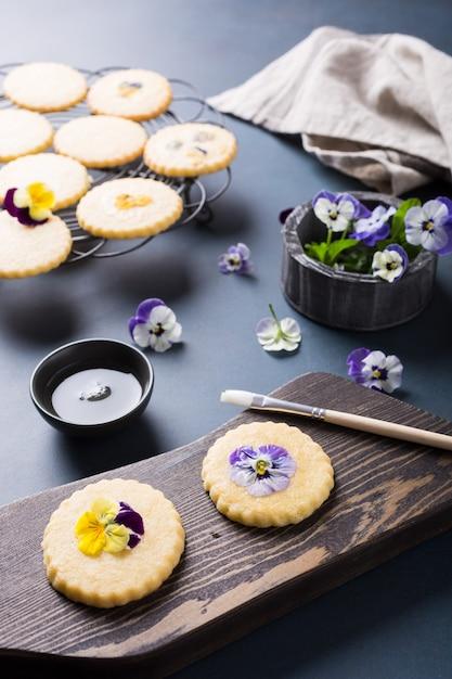 Selbst gemachte keksplätzchen mit essbaren blumen Premium Fotos