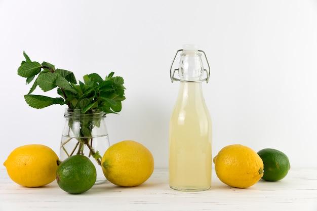 Selbst gemachte limonade der vorderansicht mit kalk Kostenlose Fotos