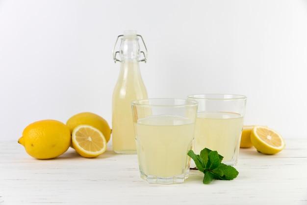 Selbst gemachte limonadenzusammensetzung der vorderansicht Kostenlose Fotos