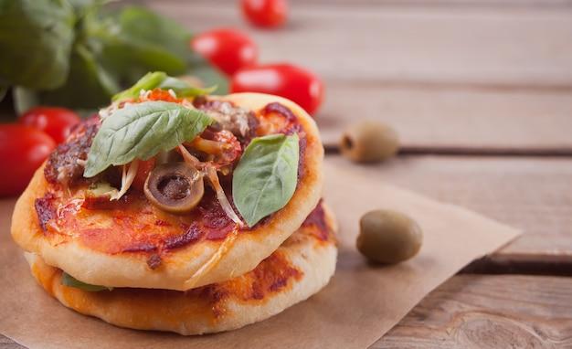 Selbst gemachte minipizza auf holz Premium Fotos