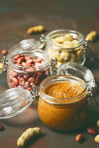 Selbst gemachte organische sahnige erdnussbutter in einem glas Kostenlose Fotos