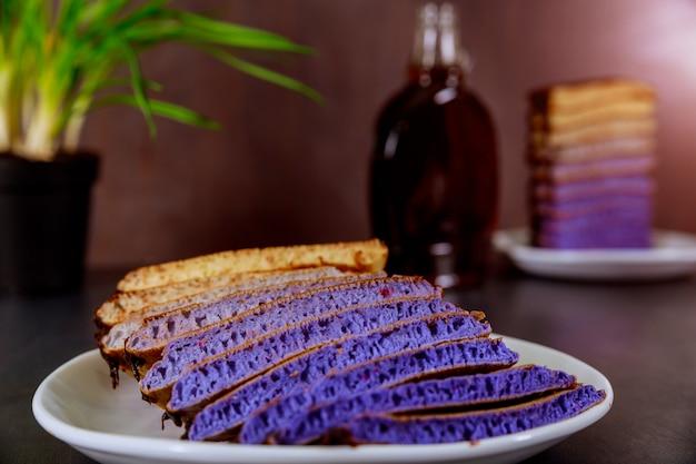 Selbst gemachte pfannkuchen mit schokolade glasieren einen hölzernen hintergrund des köstlichen frühstücks Premium Fotos