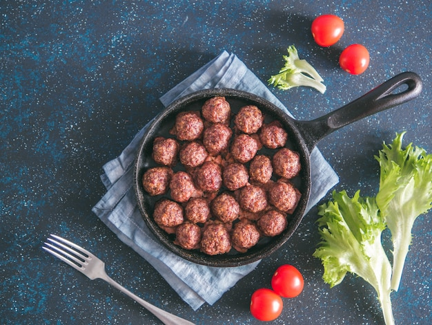Selbst gemachte rindfleischfleischklöschen in der roheisenbratpfanne Premium Fotos