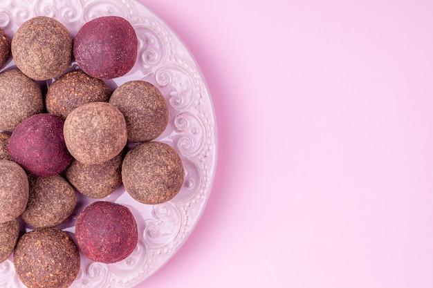 Selbst gemachte rohe kakaobälle des strengen vegetariers, gesunde praline von den nüssen, daten Premium Fotos
