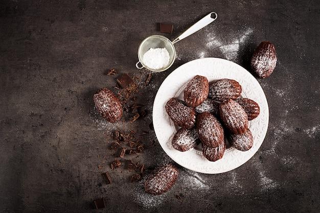 Selbst gemachte schokolade madeleines auf dunkler tabelle Premium Fotos