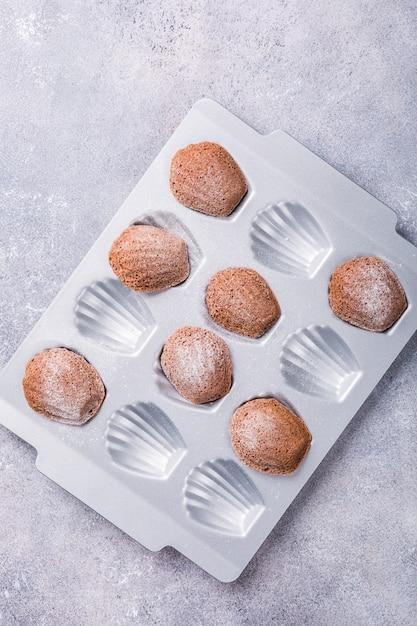Selbst gemachte schokoladen-madeleine-plätzchen Premium Fotos