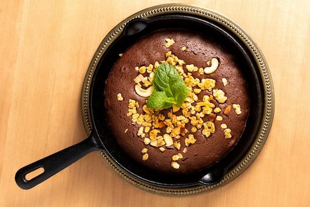 Selbst gemachte schokoladenkuchen des nahrungsmittelkonzeptes backte in der eisenformbratpfanne mit kopienraum Premium Fotos
