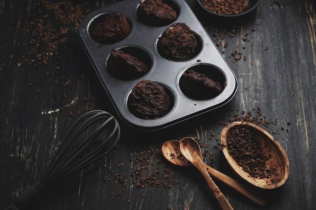 Selbst gemachte schokoladenmuffins mit schokoladenbelag Premium Fotos