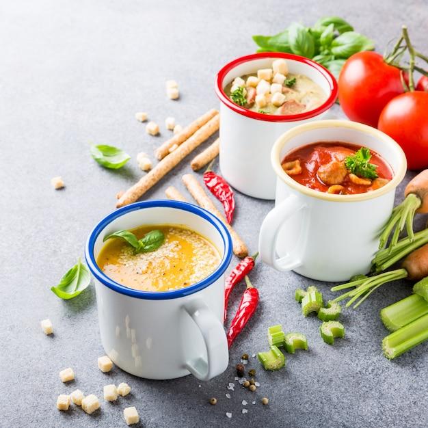 Selbst gemachte sortierte suppen mit bestandteilen Premium Fotos