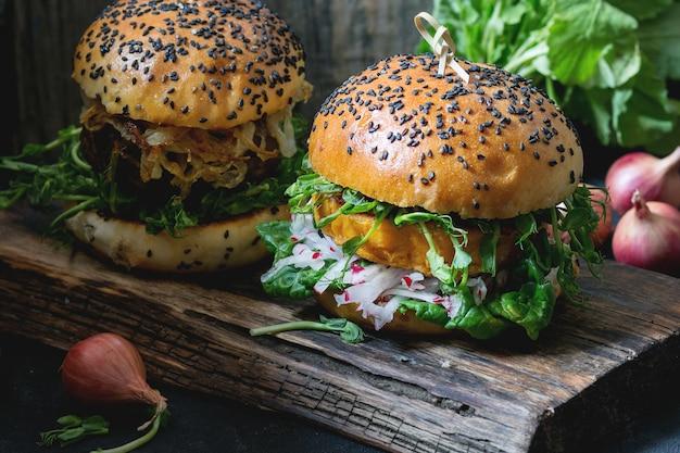 Selbst gemachte süße kartoffelburger Premium Fotos