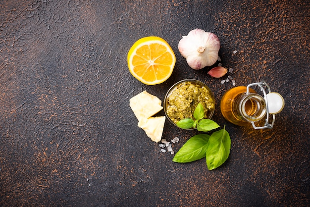 Selbst gemachte traditionelle italienische pestosoße Premium Fotos