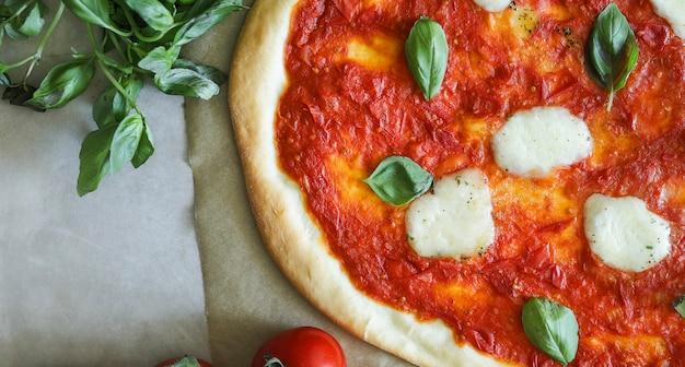 Selbst gemachte veganer margherita-pizza-lebensmittelphotographie Kostenlose Fotos