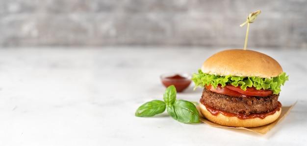Selbst gemachter burger des strengen vegetariers auf weißer rustikaler oberfläche Premium Fotos
