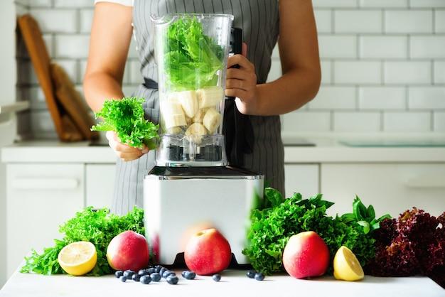 Selbst gemachter gesunder grüner smoothie. Premium Fotos