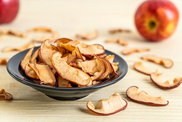 Selbst gemachter getrockneter organischer apfel geschnitten Premium Fotos