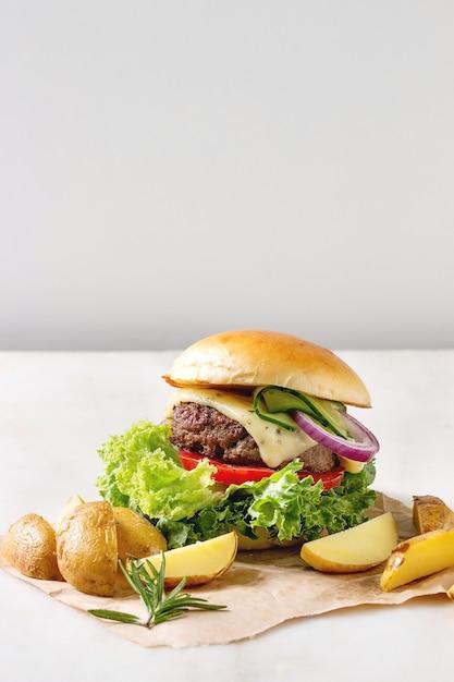 Selbst gemachter hamburger mit rindfleisch Premium Fotos
