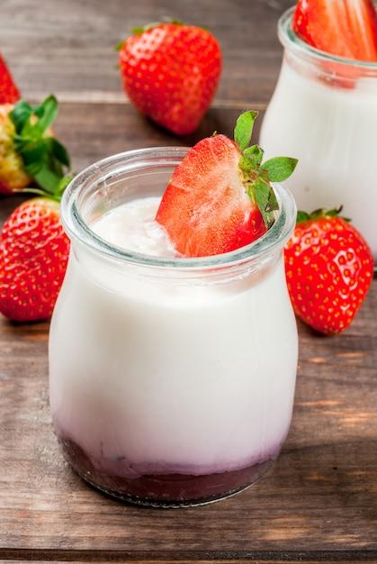 Selbst gemachter joghurt mit erdbeeren Premium Fotos