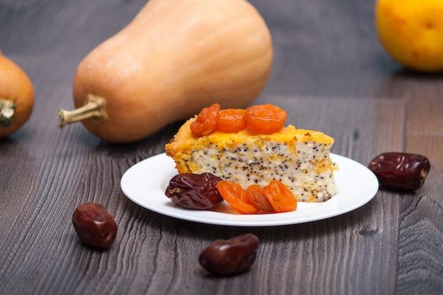 Selbst gemachter käsekuchen des kürbises oder kuchen mit getrockneten aprikosen, mohnblume, orange, dattelfrucht. Premium Fotos