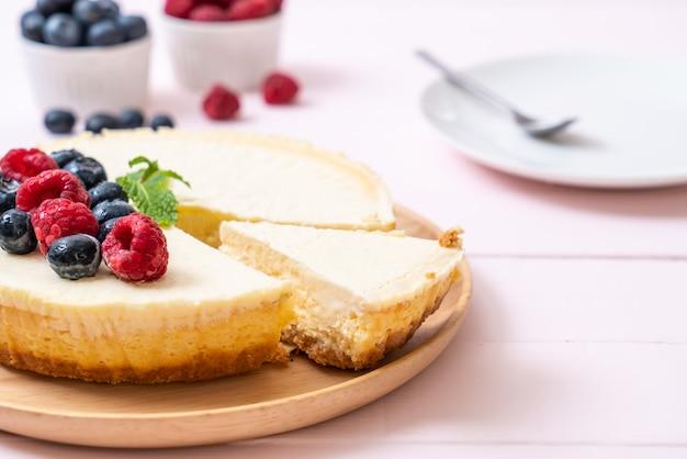Selbst gemachter käsekuchen mit himbeeren und blaubeeren Premium Fotos