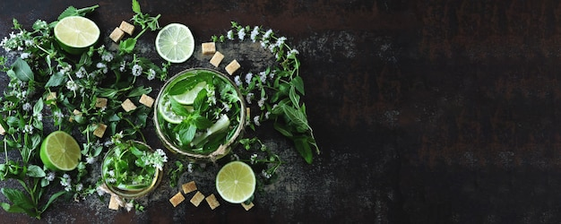 Selbst gemachter kalter mojito. blätter von minze, limette, brauner zucker Premium Fotos
