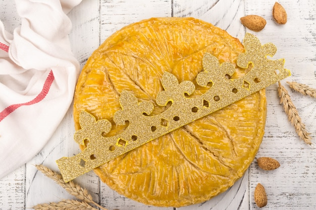 Selbst gemachter kuchen galette des rois mit handgemachter königkrone. traditioneller französischer offenbarungskuchen mit grundmandel Premium Fotos