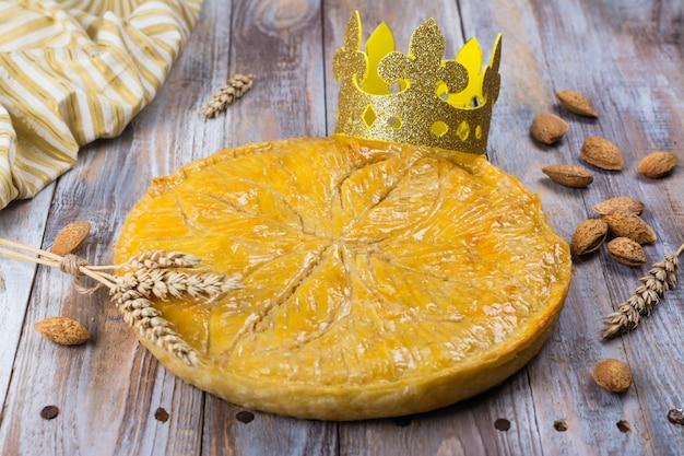 Selbst gemachter kuchen galette des rois mit handgemachter königkrone. Premium Fotos