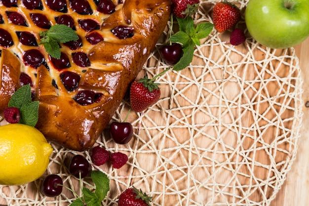 Selbst gemachter kuchen mit beeren auf korbwarenhintergrund Premium Fotos
