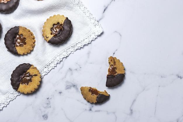 Selbst gemachter lebkuchen, zimt und schokoladenplätzchen auf marmorhintergrund von oben. flach liegen Premium Fotos