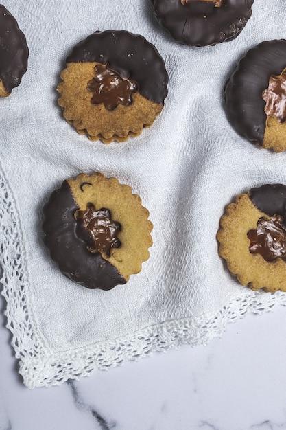 Selbst gemachter lebkuchen, zimt und schokoladenplätzchen auf marmorhintergrund Premium Fotos