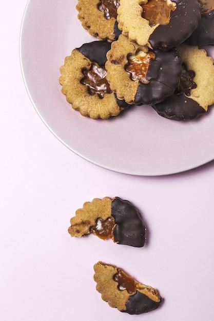Selbst gemachter lebkuchen, zimt und schokoladenplätzchen auf rosa hintergrund f Premium Fotos