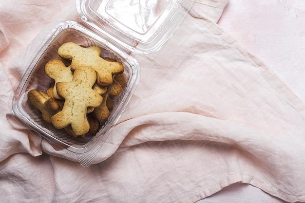 Selbst gemachter lebkuchen, zimt und schokoladenplätzchen auf rosa hintergrund von oben. flach liegen Premium Fotos