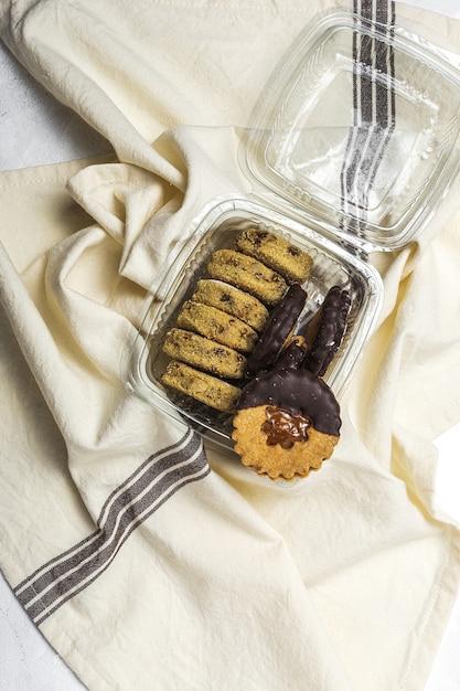 Selbst gemachter lebkuchen, zimt und schokoladenplätzchen auf weißem hintergrund Premium Fotos