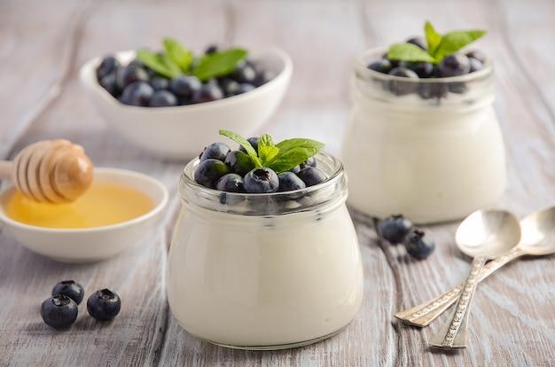 Selbst gemachter naturjoghurt mit blaubeeren und minze. Premium Fotos