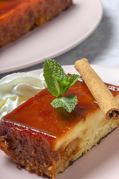 Selbst gemachter pudding von frischen und gesunden äpfeln auf marmorhintergrund Premium Fotos