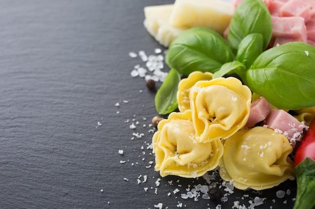 Selbst gemachter roher italienischer tortellini mit schinken und käse Premium Fotos