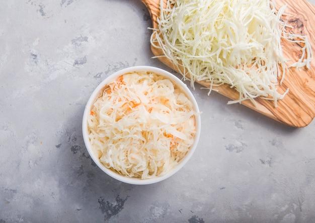 Selbst gemachter sauerkrautdorf gegorener kohl. bio-gemüse im rustikalen veganen salatstil, ideal für eine gute gesundheit. traditionelle russische wintermahlzeit. probiotika-food-konzept. Premium Fotos