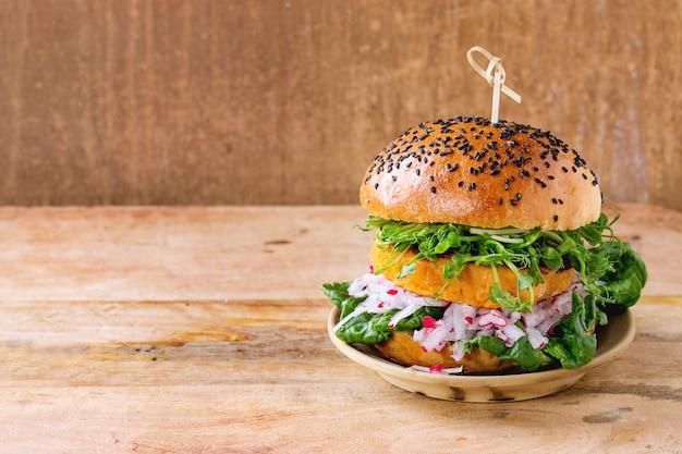 Selbst gemachter süßkartoffelburger Premium Fotos