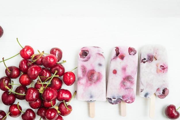 Selbst gemachter veganer cherry popsicles mit chia seeds und kokosmilch Premium Fotos