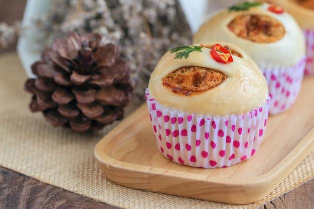 Selbst gemachtes brötchen der thailändischen art mit getrocknetem zerrissenem schweinefleisch oder schweinefleischseide und garnele briet paprikapaste. Premium Fotos