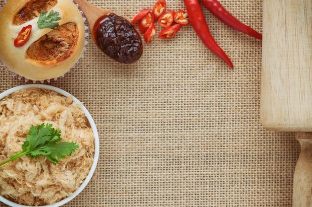 Selbst gemachtes brötchen mit getrocknetem zerrissenem schweinefleisch oder schweinefleisch floss und garnele briet chili-paste auf sack Premium Fotos