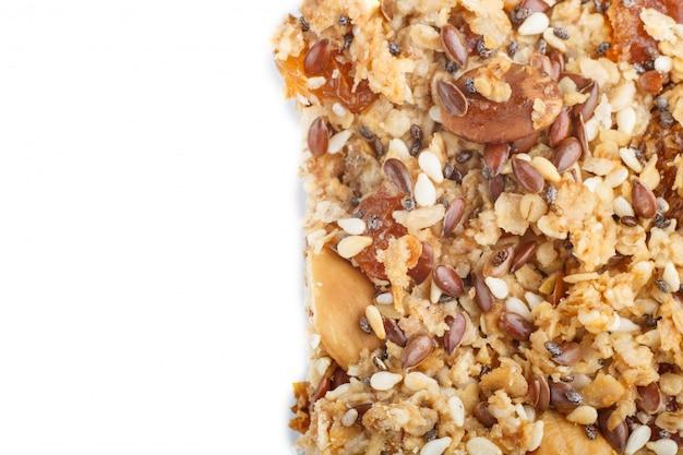 Selbst gemachtes granola aus haferflocken, datteln, getrockneten aprikosen, rosinen, nüssen isoliert. ansicht von oben. Premium Fotos