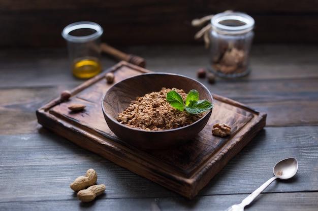 Selbst gemachtes granola in der hölzernen schüssel. frühstück. morgen. food gesundes konzept. ansicht von oben Premium Fotos