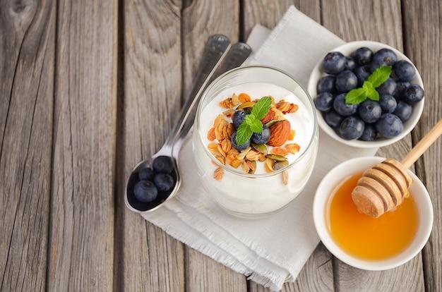Selbst gemachtes müsli mit joghurt und frischen blaubeeren Premium Fotos