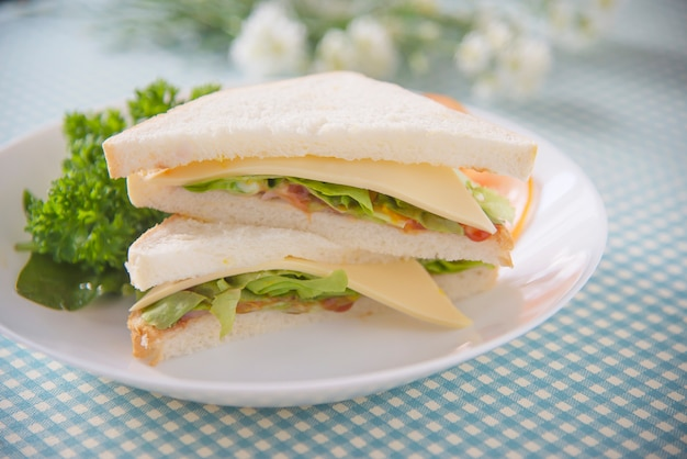 Selbst gemachtes sanwich frühstück stellte auf eine tabelle ein - gesetztes konzept des schnellimbissmorgens Kostenlose Fotos