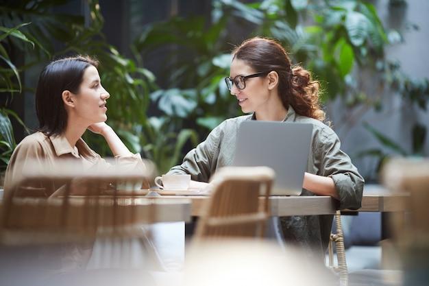Selbstbewusste damen, die am webdesign arbeiten Premium Fotos