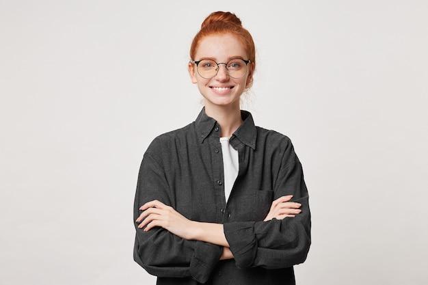 Selbstbewusstes rothaariges mädchen mit haaren in einem schwarzen herrenhemd Kostenlose Fotos